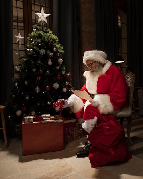 Santa entregando regalos de navidad Foto gratis