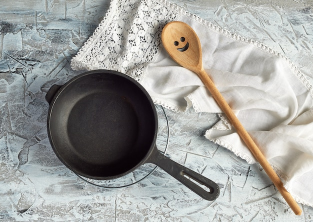 Sartén redonda negra vacía con mango y cuchara | Foto Premium