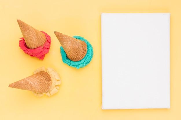 Scoop down helado de fruta brillante y hoja de papel Foto gratis