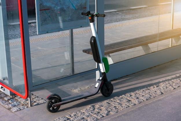Scooters eléctricos están parados a lo largo de las calles del centro. scooter público para alquilar Foto Premium
