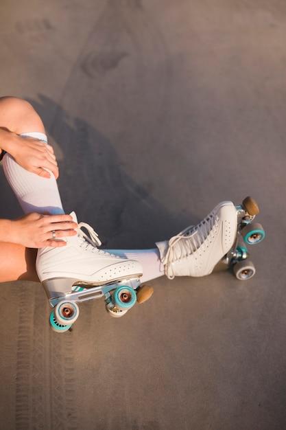Sección baja de una mujer con patines. Foto gratis
