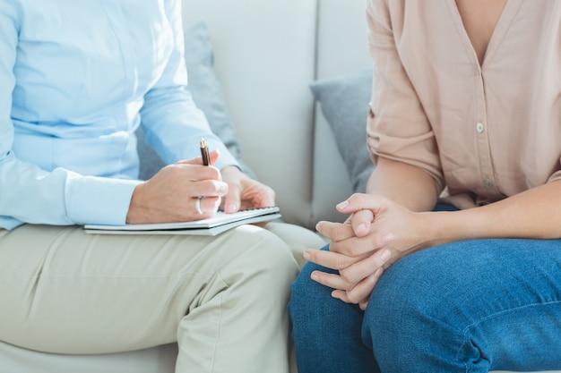 Sección media del terapeuta con el paciente Foto Premium
