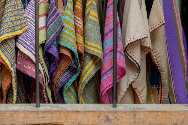 La seda está tejida en una variedad de colores. Foto Premium