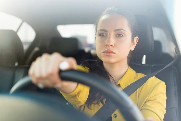 Segura mujer conduciendo su automóvil Foto Premium