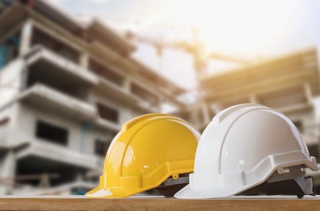 2f57a277a Seguridad de casco amarillo y blanco en el sitio de construcción ...