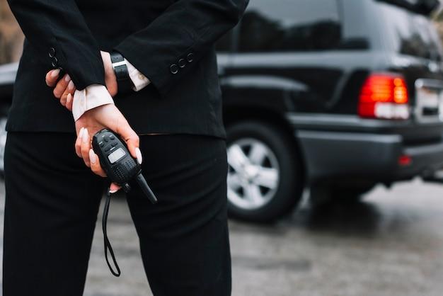 Seguridad femenina brindando servicio de seguridad Foto gratis