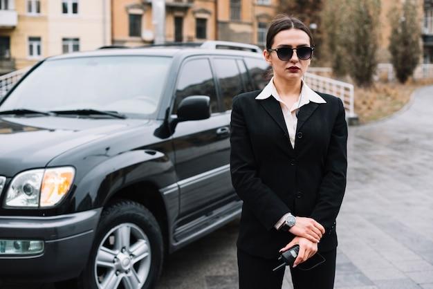 Seguridad profesional femenina brindando servicio de seguridad Foto gratis