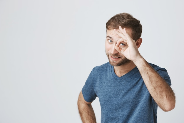 Seguro masculino muestra signo bien, probrema de garantía resuelto Foto gratis