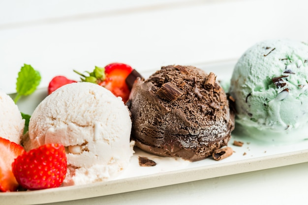 Selección de diferentes cucharadas de helado. Foto Premium