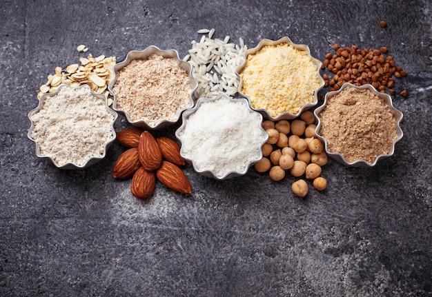 Selección de diferentes harinas sin gluten (almendra, trigo sarraceno, arroz, garbanzos y avena) Foto Premium