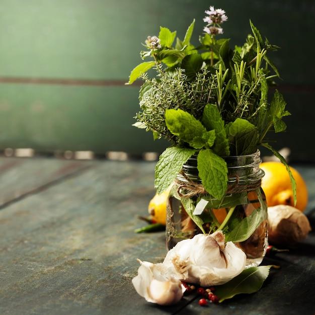 Selección de hierbas y especias, de cerca Foto Premium