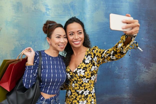 Selfie con amigo Foto gratis