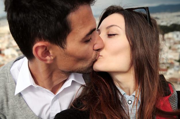 Selfie disparo pareja amorosa. los amantes se besan en una altura, acrópolis, atenas. selfie de viaje. Foto Premium