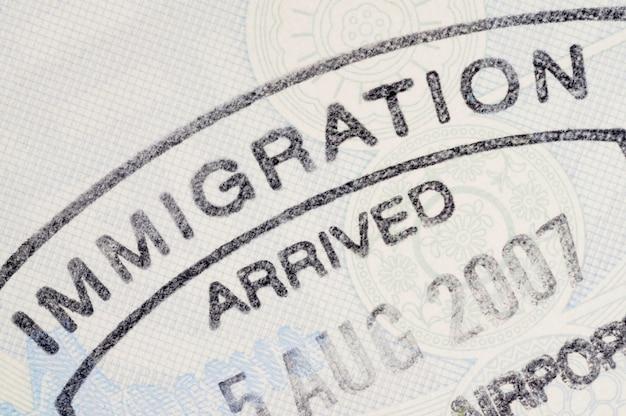 Sello en el pasaporte de inmigración Foto gratis