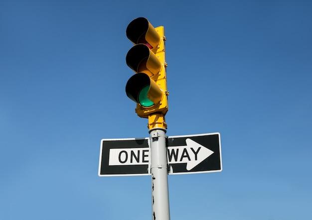 Semáforo y señal de tráfico unidireccional Foto Premium