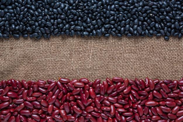 Semillas de frijol bicolores colocadas en un piso de madera marrón. Foto gratis