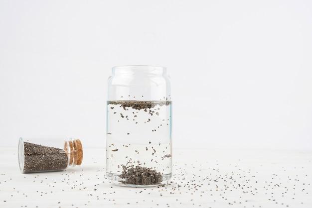 Semillas naturales en agua diseño minimalista Foto gratis