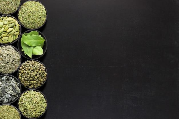 Semillas de sésamo negras en el cuenco, visión superior, aislada en un fondo blanco. especias orgánicas Foto Premium