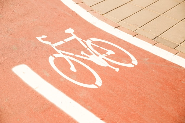 Señal de bicicleta blanca en carril bici Foto gratis