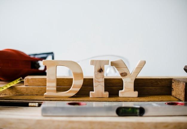 Señal de bricolaje de madera con herramientas Foto gratis