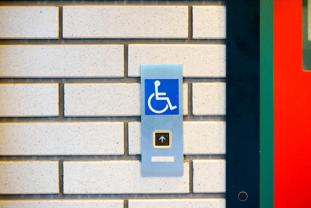 Señal de discapacitados en el ascensor Foto Premium