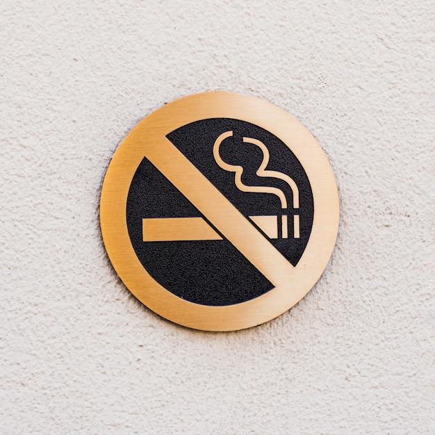 Señal de no fumar en superficie blanca áspera Foto gratis