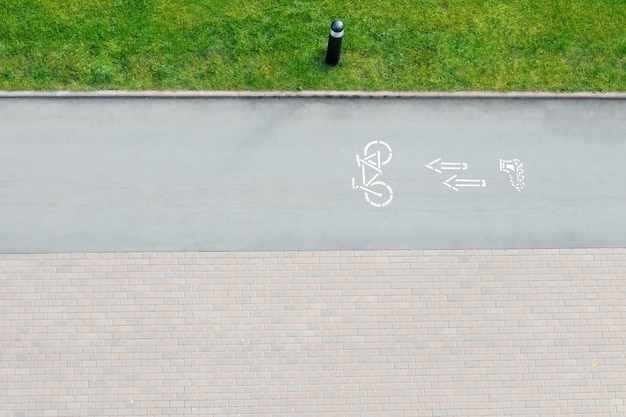 Señal de tráfico de bicicletas y flechas al aire libre Foto Premium