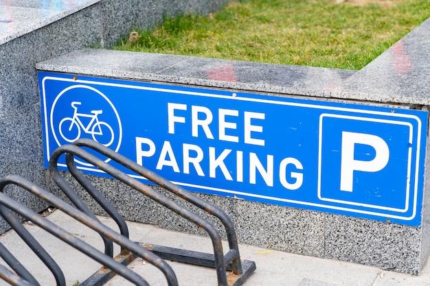 Señal de tráfico de estacionamiento de bicicleta azul blanco y lugares de parada libre. Foto Premium