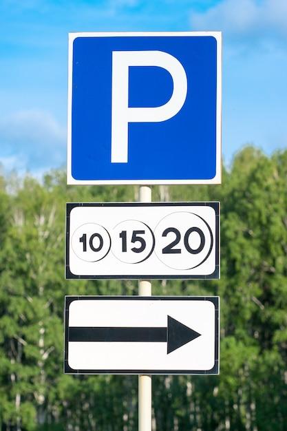 Señal de tráfico de estacionamiento pagado con flecha de dirección de movimiento Foto Premium