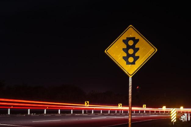 Una señal de tráfico del semáforo en medio de la carretera Foto Premium