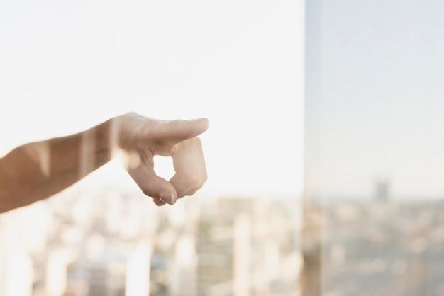 Señalar con el dedo la reflexión en la ventana Foto gratis