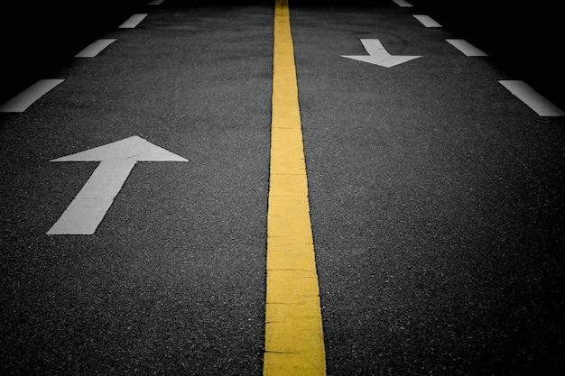 Señales de flecha blanca hacia adelante en la carretera Foto Premium