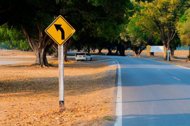 Señales de tráfico en la calle. Foto Premium