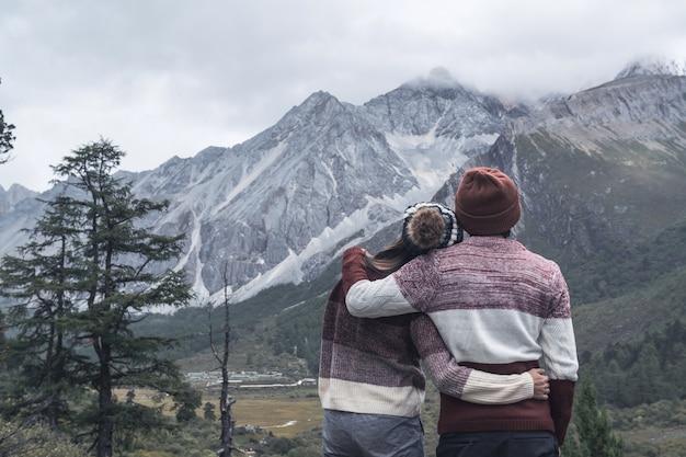 Senderismo joven pareja viajero mirando hermoso paisaje, concepto de estilo de vida de viaje Foto Premium