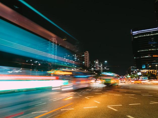 Senderos de luz en seúl. fotografía de larga exposición Foto Premium