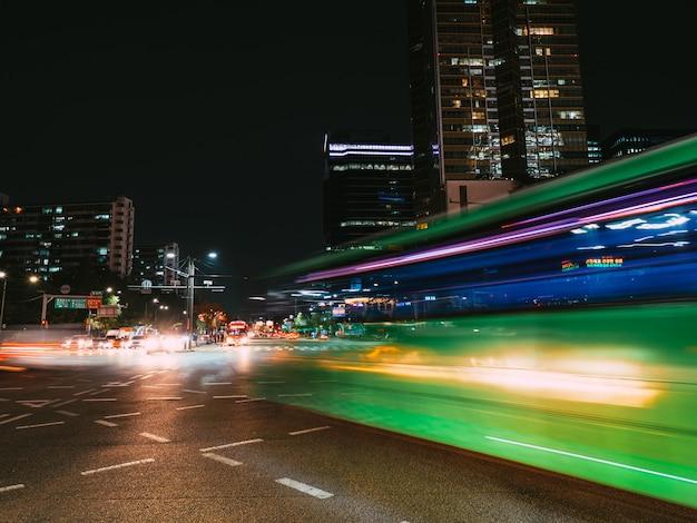 Senderos de luz verde en el cruce. exposición prolongada en seúl Foto Premium