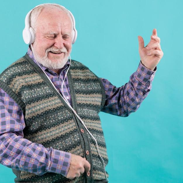 Senior feliz viviendo la música Foto gratis