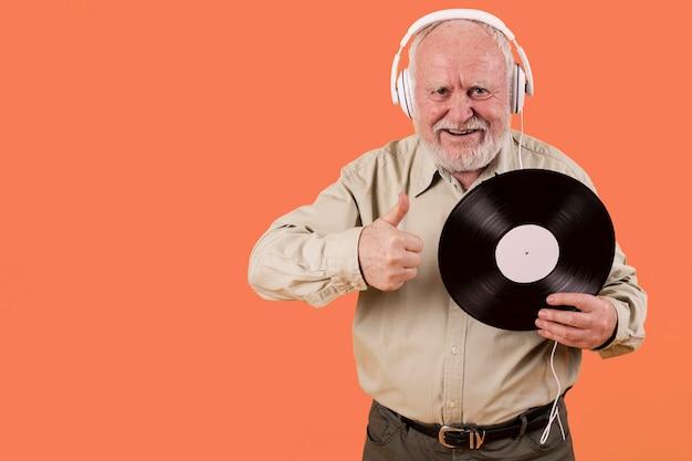 A senior le gustan los discos de música con espacio de copia Foto gratis