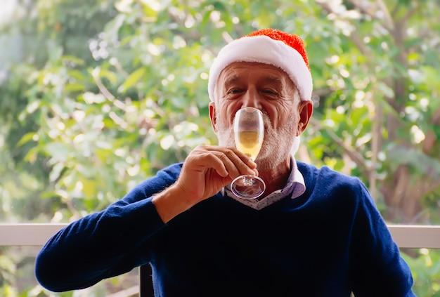 Senior hombre bebiendo vino. Foto Premium