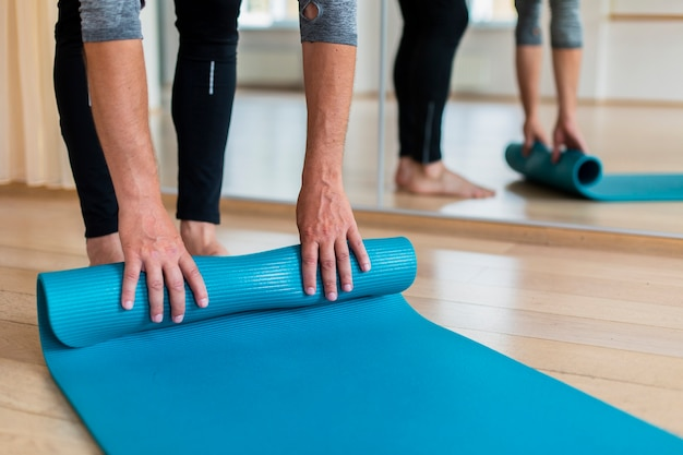 Senior hombre listo para practicar yoga Foto gratis