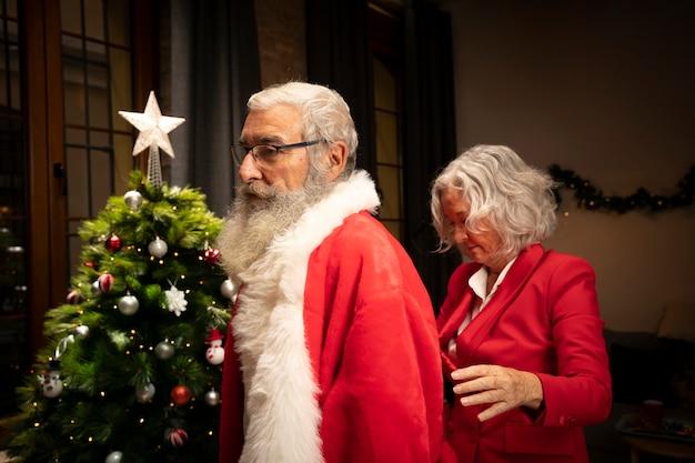 Senior hombre preparándose para navidad Foto gratis