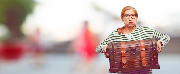 Senior mujer hermosa con un cofre pirata Foto Premium