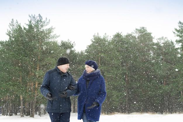 Senior pareja caminando afuera en invierno Foto Premium