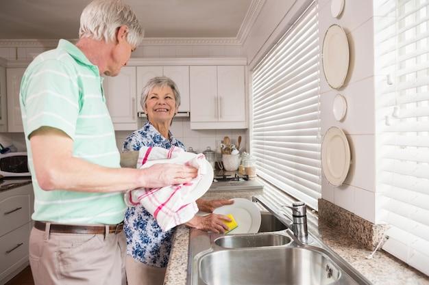 Senior pareja lavando los platos Foto Premium