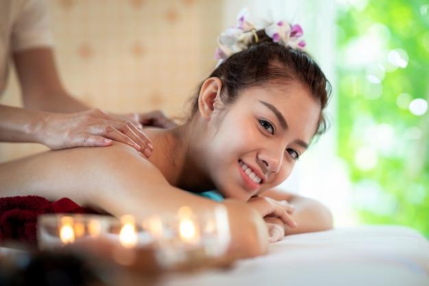 Señora asiática en la tienda del spa y relajarse con un masaje de aceite tailandés Foto Premium