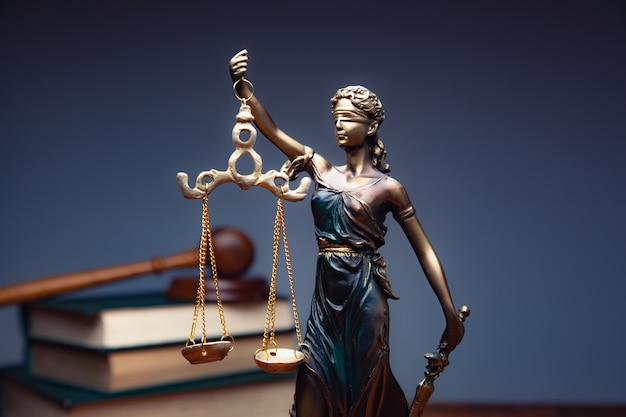 Señora justicia con libros sobre la mesa Foto Premium