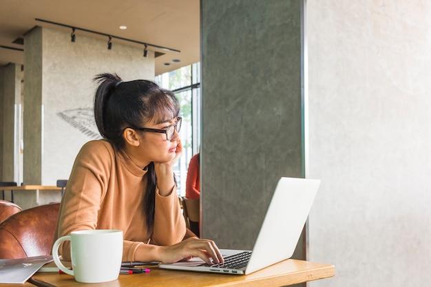 Señora con laptop en mesa Foto gratis