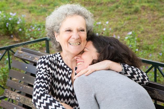Señora mayor feliz que pasa el gran tiempo con la hija Foto gratis