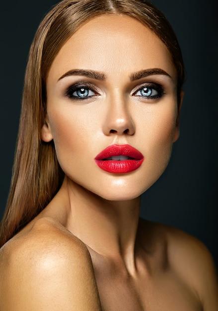 Sensual glamour retrato de mujer hermosa modelo dama con maquillaje diario fresco con color de labios rojos y cara de piel limpia y sana Foto gratis