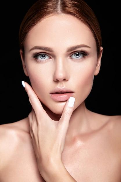 Sensual glamour retrato de mujer hermosa modelo sin maquillaje y piel limpia y sana en negro Foto gratis